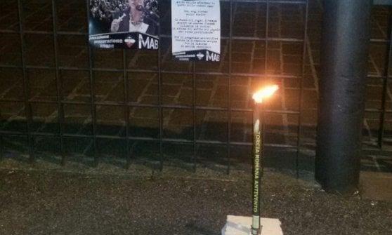"""No vax, indagini a Bergamo: """"No bombe carta, resti di torce"""". Le fiamme dei neonazisti contro Lorenzin"""
