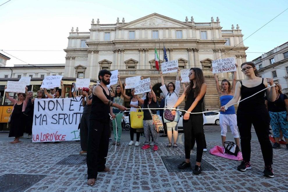 Teatro alla Scala, sul palco cavallo e asinello: la protesta degli animalisti