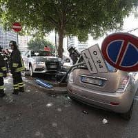 Milano, 85enne al volante sbaglia pedale e finisce sulla ciclabile: tre feriti, uno è grave