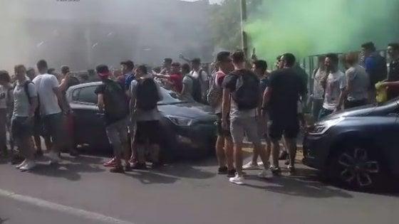 Pavia, ultimo giorno di scuola degenera in assalto: 3 prof e uno studente contusi
