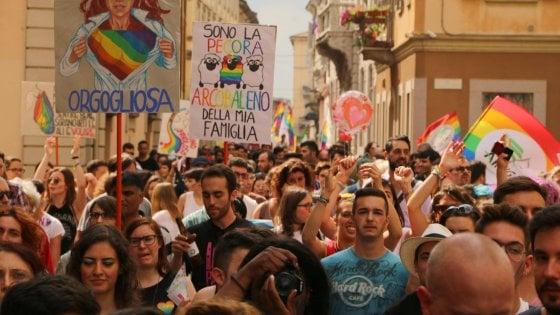 """Gay Pride, gli ultracattolici contro le """"tristi sfilate dell'estate"""": preghiere di riparazione a Pavia e Varese"""