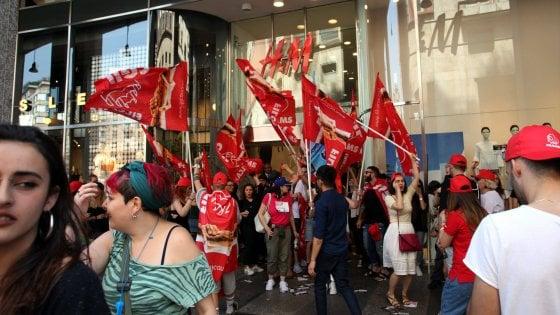 """Sciopero H&M, 51 esuberi su 89 solo a Milano. La protesta dei commessi: """"Decisione incomprensibile"""""""