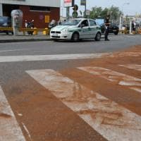 Milano, betoniera perde olio per chilometri: raffica di motociclisti scivolati, in 10 al pronto soccorso
