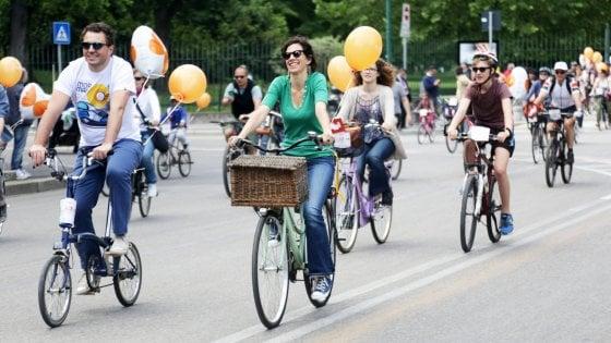 Milano, il Comune lancia il bike sharing libero: la bici si prende e si lascia in qualsiasi punto della città