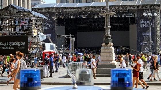 """Milano, al concertone di Radio Italia con la maglietta bianca: """"La musica è più forte"""""""