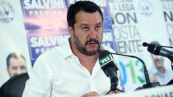 """Como, Salvini contro la Feltrinelli su Twitter: """"Mai più soldi agli amici dei clandestini"""""""