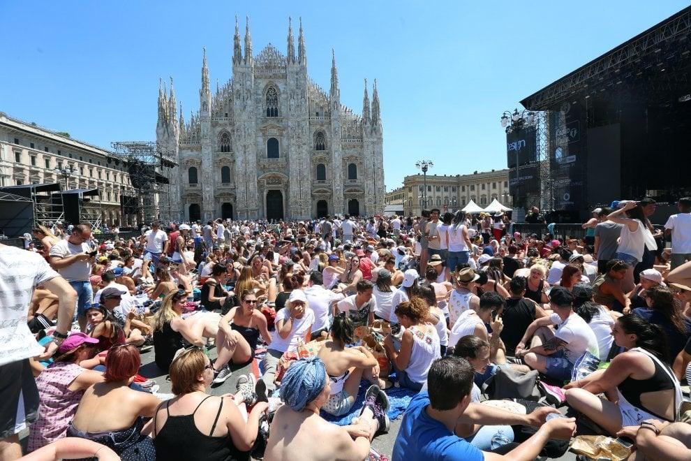 Milano: il concerto di Radio Italia tra musica, magliette bianche e metal detector