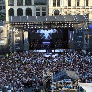 Milano: la festa della musica nella notte del concertone di Radio Italia, tra magliette bianche e metal detector