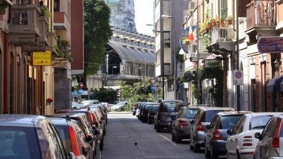 Milano, nuove strisce blu in arrivo: nella zona della stazione Centrale fine della sosta gratis per i pendolari