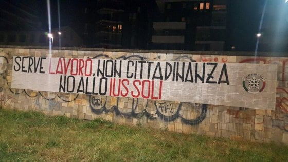 """CasaPound contro lo Ius soli, striscioni in tutta la Lombardia: """"Lavoro, non cittadinanza"""""""