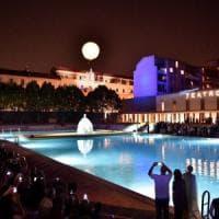Il 21 giugno a Milano, dallo yoga all'alba fino al tuffo di mezzanotte: il solstizio dà il via all'estate festaiola