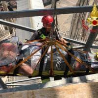 Milano, turista si frattura sulle terrazze del Duomo: i pompieri la imbragano per portarla a terra