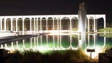 Lo spettacolo notturno di luci accende il palazzo di Niemeyer  a Segrate