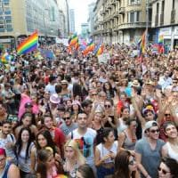 Milano Pride, decine di migliaia al corteo arcobaleno con lo slogan #dirittisenzaconfine