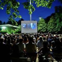 Milano, torna il cinema all'aperto tra le case popolari del Giambellino