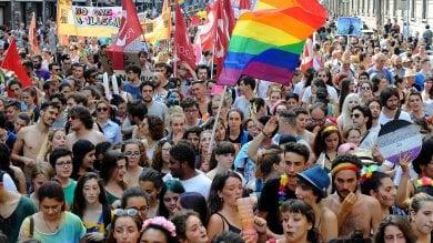 Il giorno del Pride, decine di migliaia in corteo: un fiume di colori invade il centro