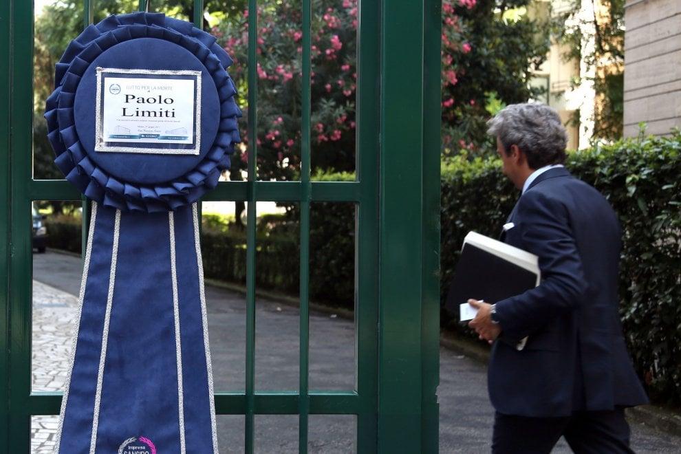 Morte di Paolo Limiti, l'addio di amici e parenti nella sua casa di Milano