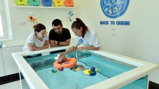 Milano, vasche separate per i bambini non vaccinati: la decisione della piscina per i piccolissimi