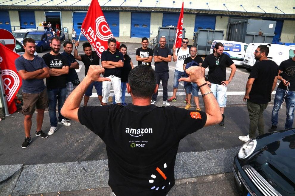 Milano, protestano i corrieri di Amazon: sciopero delle consegne e presidio