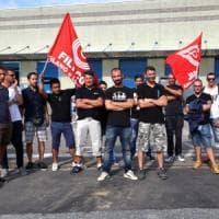 Milano, protesta ai cancelli di Amazon. Picchetto dei driver:
