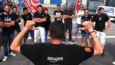 """Foto  Protesta ai cancelli di Amazon  Picchetto dei driver: """"Niente consegne"""""""