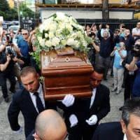 Milano, l'addio del mondo dello spettacolo a Limiti. Il prete legge una