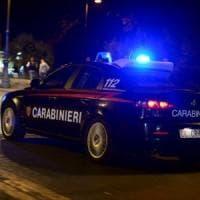 Cremona, picchia gioielliera e tenta di svaligiare il negozio: bloccato dal figlio e arrestato