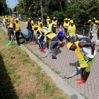 Milano, 150 migranti muniti di scope e palette ripuliscono la Martesana