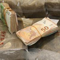 Milano, 30 chili di droga in casa e 17mila euro nelle mutande dei figli: il sequestro