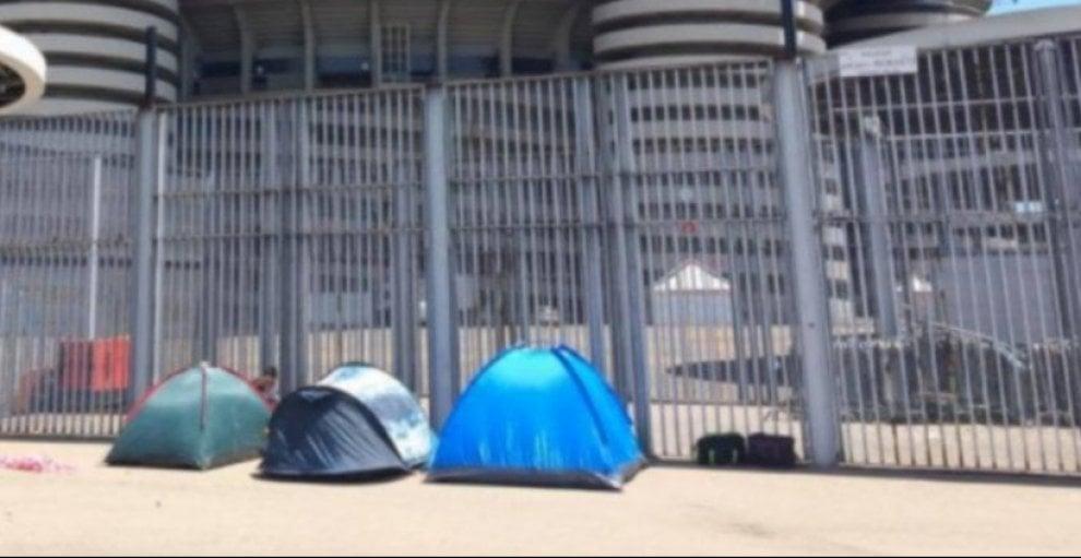 Milano, primi fan con le tende davanti a San Siro per il concerto dei Coldplay
