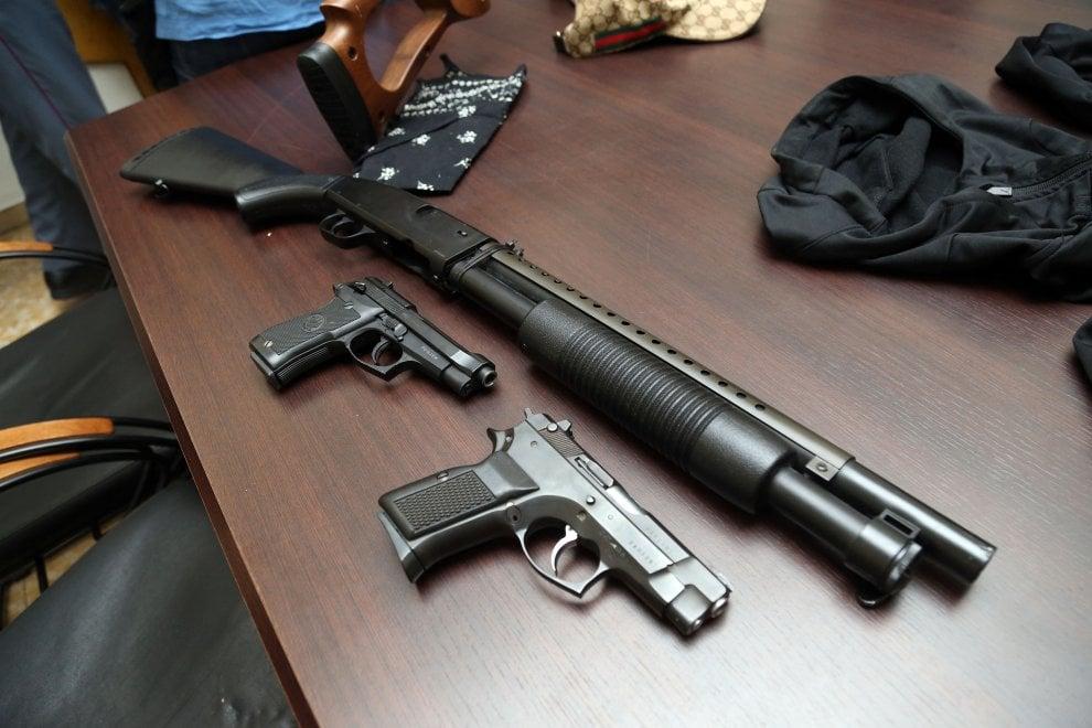 Milano, fermata baby gang in stile 'Arancia meccanica': l'arsenale usato per le rapine