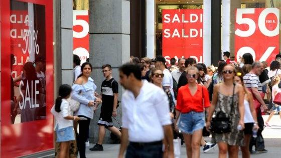 Milano, torna la notte dei saldi: negozi aperti fino a ...