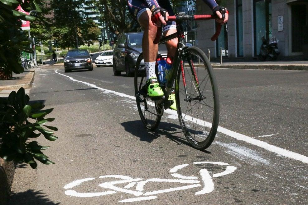 Guerrilla bike a Milano, in via Cartesio spunta una pista ciclabile 'spontanea'