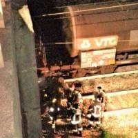 Auto vola giù dal viadotto, finisce sui binari e viene travolta dal treno nel Comasco: salvi 5 ragazzi
