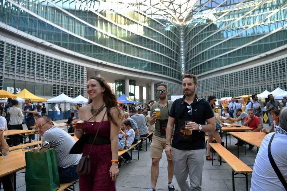 Milano, festa della birra e street food sotto il palazzo della Regione