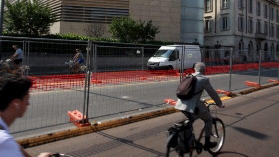 """Milano, stop alle bici vicino ai cantieri. Il Comune: """"Troppo pericoloso farle passare dove ci sono camion"""""""