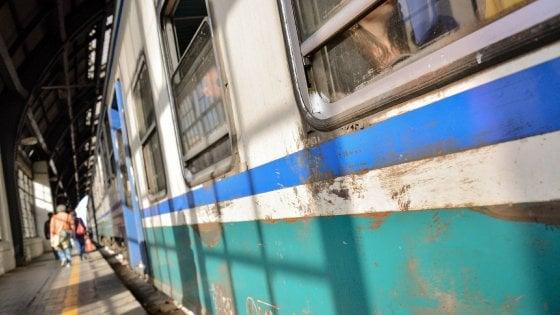 Palpeggia quattro donne e una tredicenne sul treno, preso