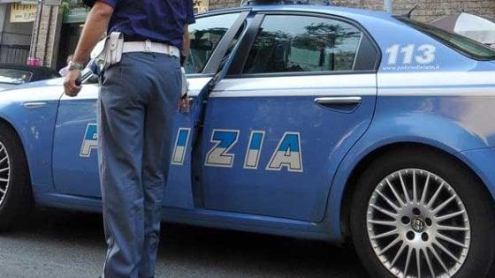 Milano, in bici blocca il traffico e viene ripreso da un passante: tenta di accoltellarlo, arrestato