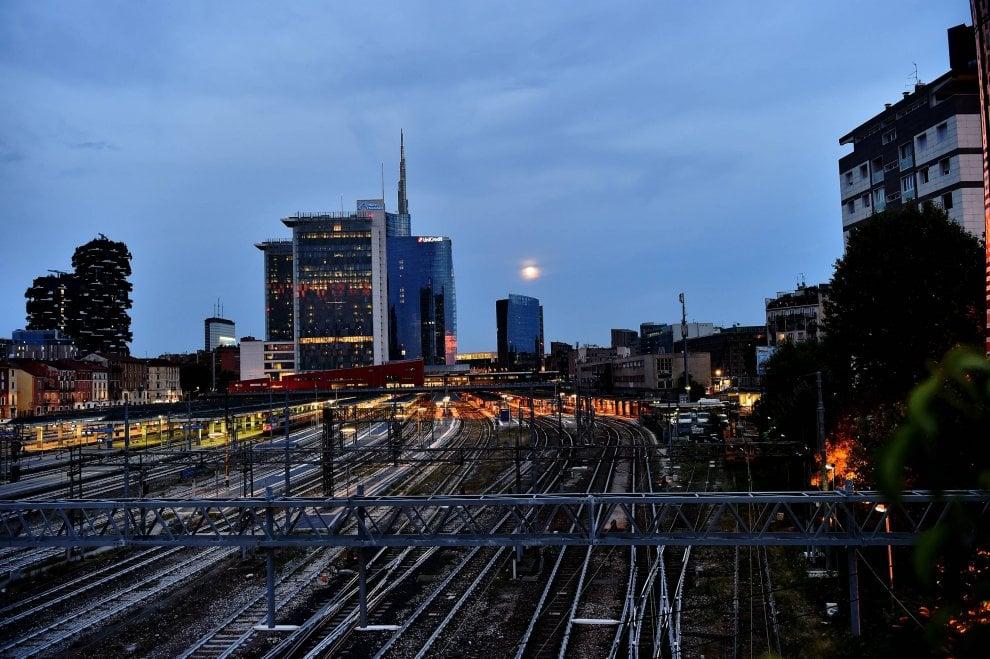 Milano la notte di luna piena fra i grattacieli 1 di 1 for I nuovi grattacieli di milano