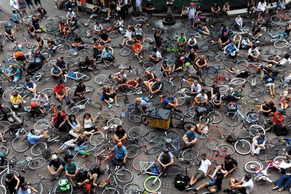 """Ciclista morto a Milano, tutti a terra al flash mob per la sicurezza: """"Il Comune ci ascolti"""""""