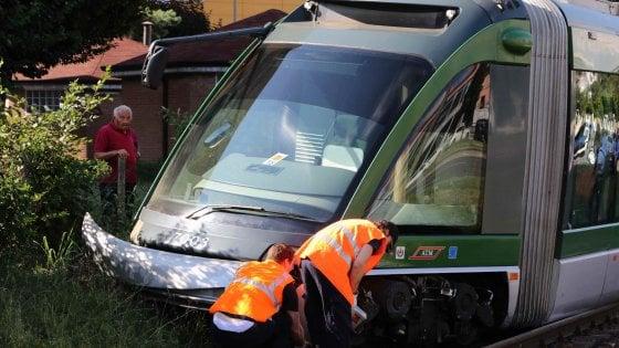 A Milano deraglia tram 15, nessun ferito e pietre sotto vettura