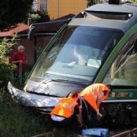 Milano, deraglia un tram della linea 15: pietre sui binari, bloccata la circolazione