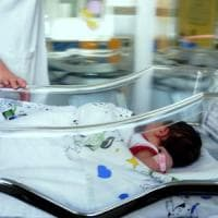Milano, tenta di rapire neonata: