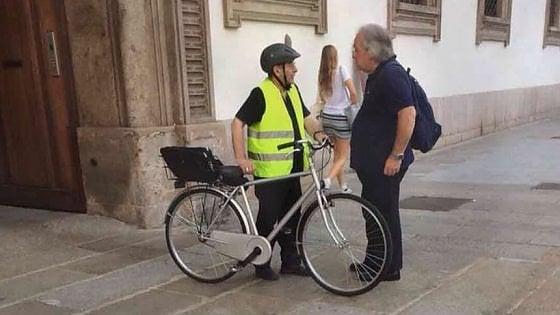 """Milano, l'arcivescovo dà il buon esempio ai ciclisti: """"In bici sì, ma con casco e pettorina"""""""