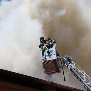 Varese, cellulare in carica provoca incendio appartamento: dieci famiglie evacuate, nessun ferito
