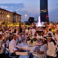 Milano, in centinaia alla cena in bianco ai piedi dei grattacieli