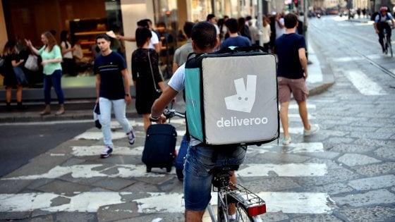 """Deliveroo, sciopero dei rider con biciclettata di protesta: """"L'azienda non può nascondersi dietro a un clic"""""""