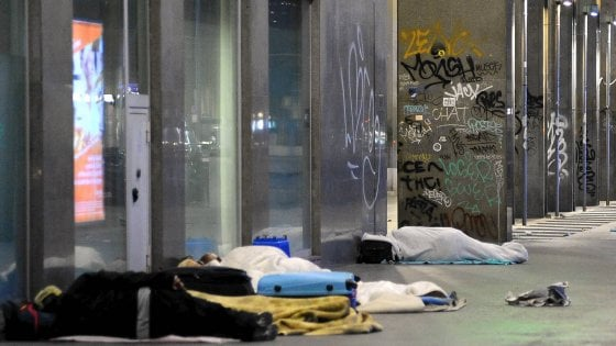 Profughi, la zona stazione Centrale è un dormitorio a cielo aperto: notte in strada anche in altri quartieri