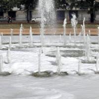 Aiuto, la fontana di Milano è piena di schiuma: ma serve contro alghe e zanzare