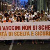 Vaccini, a Varese fiaccolata dei free vax, slogan contro la ministra Lorenzin